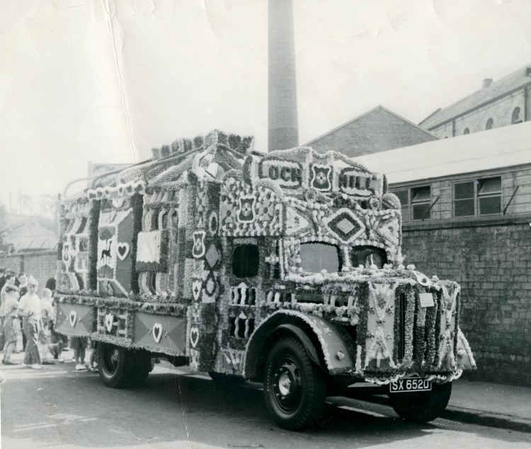 decorated float - Lochmill